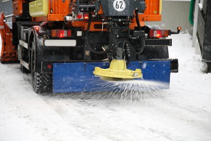 Máquina esparciendo sal para la nieve