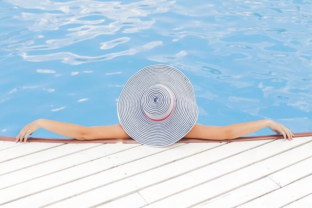 Disfrutar de la piscina con cabeza