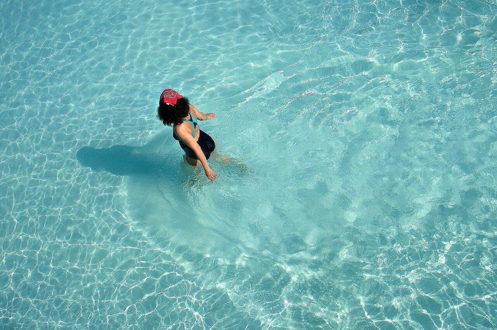 ¿Cómo echar sal a la piscina?