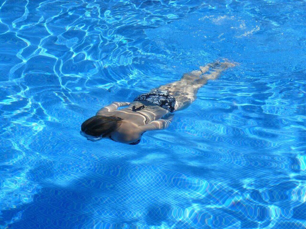 ¿Por qué la sal ayuda a mantener tu piscina limpia?