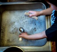 ¿Cómo funciona la sal para el lavavajillas?
